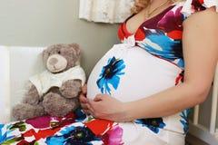 Blonde embarazada de la muchacha hermosa Fotos de archivo libres de regalías