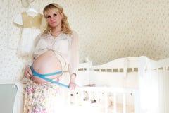 Blonde embarazada de la muchacha hermosa Imagen de archivo libre de regalías