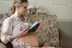 Blonde embarazada de la muchacha hermosa Fotografía de archivo libre de regalías