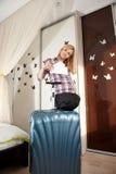 Blonde embarazado con la maleta Imágenes de archivo libres de regalías