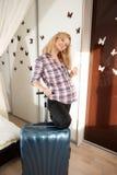 Blonde embarazado con la maleta Fotos de archivo