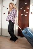 Blonde embarazado con la maleta Foto de archivo