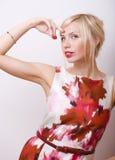 Blonde emotionale Frau mit den roten Lippen und den Nägeln Stockfoto