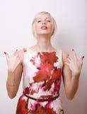 Blonde emotionale Frau mit den roten Lippen und den Nägeln Stockfotografie