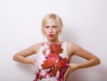 Blonde emotionale Frau mit den roten Lippen und den Nägeln Lizenzfreie Stockfotos