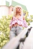 Blonde en été image libre de droits