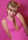 Blonde en alineada rosada Fotografía de archivo libre de regalías