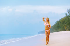 Blonde en bikini en la playa Fotos de archivo