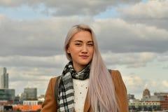 Blonde en capa en el tejado del rascacielos fotos de archivo libres de regalías