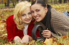 Blonde en donkerbruine meisjes Royalty-vrije Stock Foto