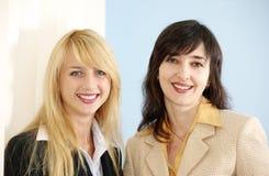 Blonde en donkerbruine vrouwen Stock Foto's
