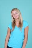 Blonde en el azul que mira para arriba Foto de archivo libre de regalías