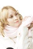 Blonde en el color de rosa que mira a un lado Foto de archivo