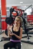 Blonde en el gimnasio con agua Imagenes de archivo