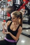 Blonde en el gimnasio con agua Imagen de archivo