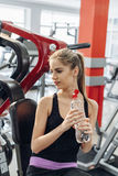 Blonde en el gimnasio con agua Foto de archivo