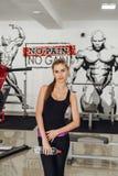 Blonde en el gimnasio con agua Imágenes de archivo libres de regalías