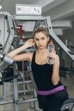 Blonde en el gimnasio con agua Fotografía de archivo libre de regalías