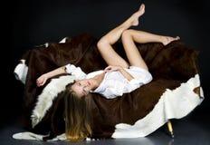 Blonde en el sofá Foto de archivo libre de regalías