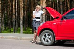Blonde en gebroken auto Royalty-vrije Stock Foto