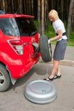 Blonde en gebroken auto Stock Foto