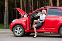 Blonde en gebroken auto Royalty-vrije Stock Afbeelding