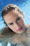 Blonde en la piscina Imagen de archivo