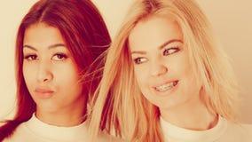 Blonde en mulatmeisje samen Royalty-vrije Stock Foto's