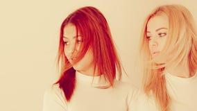 Blonde en mulatmeisje samen Stock Afbeeldingen