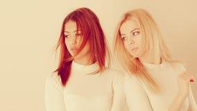 Blonde en mulatmeisje samen Royalty-vrije Stock Afbeelding