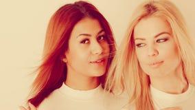 Blonde en mulatmeisje samen Stock Foto's