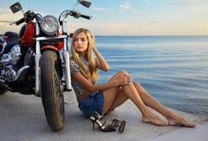 Blonde en rode motorfiets Stock Foto's