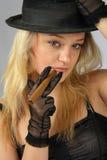 Blonde en sombrero con el cigarro foto de archivo libre de regalías