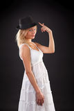 Blonde en sombrero negro. Fotografía de archivo
