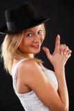 Blonde en sombrero negro. Fotografía de archivo libre de regalías