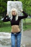 Blonde en stationnement Photos libres de droits