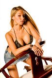 Blonde en tapa negra atractiva fotografía de archivo