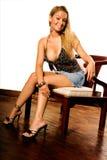 Blonde en tapa negra atractiva fotos de archivo
