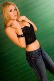 Blonde en tapa negra atractiva imagen de archivo libre de regalías