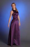 Blonde en un vestido púrpura en el estudio Imagen de archivo