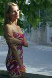 Blonde en una calle con el árbol Foto de archivo