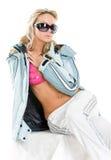 Blonde en una chaqueta y vidrios de deportes Imagen de archivo libre de regalías