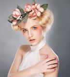Blonde encantador del top model lujoso en corona fotos de archivo