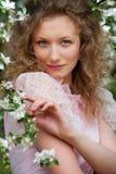 Blonde encantador no jardim de florescência fotos de stock royalty free