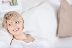 Blonde entspannende und träumende Frau Stockbilder