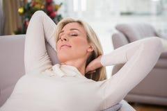 Blonde Entspannung auf der Couch am Weihnachten Lizenzfreies Stockbild