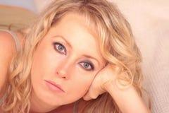 Blonde Entspannung im Bett Lizenzfreie Stockbilder