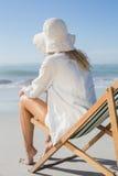 Blonde Entspannung im Klappstuhl durch das Meer Stockbild