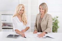 Blonde erfolgreiche attraktive Geschäftsfrau zwei, die in einem Team arbeitet Lizenzfreie Stockfotos