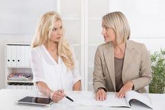 Blonde erfolgreiche attraktive Geschäftsfrau zwei, die in einem Team arbeitet Lizenzfreies Stockfoto